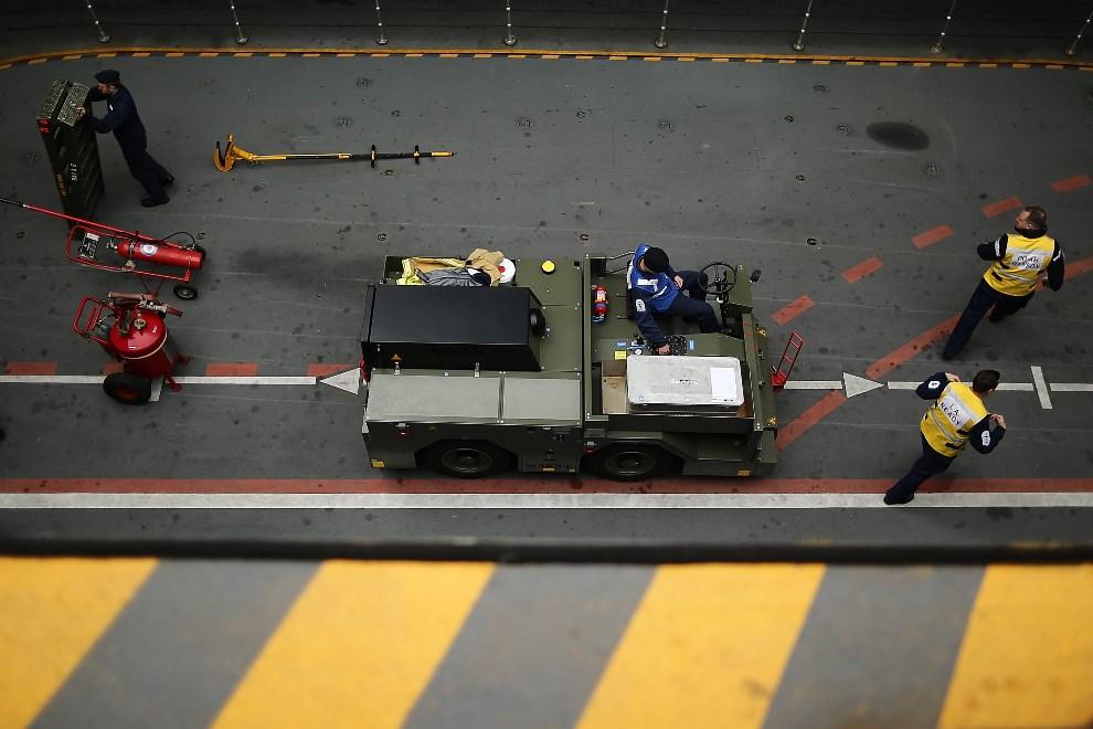13.WIELKA BRYTANIA, Londyn, 10 maja 2013: Wyposażenia opuszczane do ładowni lotniskowca. (Foto: Dan Kitwood/Getty Images)