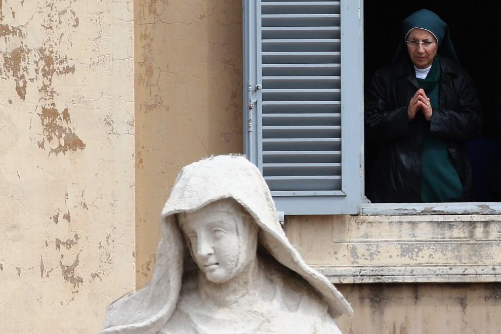 13.WATYKAN, 27 kwietnia 2014: Zakonnica w oknie wychodzącym na Plac Świętego Piotra. (Foto: Dan Kitwood/Getty Images)