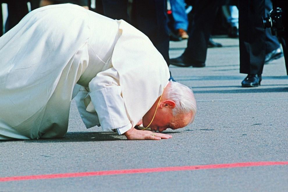 14.ESTONIA, Tallinn, 4 września 1993:  Jan Paweł II całuje ziemię po wylądowaniu w Tallinnie. AFP.