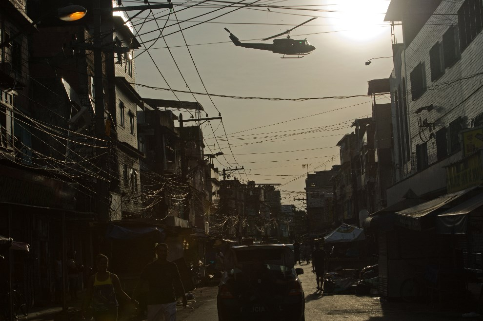 14.BRAZYLIA, Rio de Janeiro, 30 marca 2014: Helikopter patrolujący Favela da Mare. AFP PHOTO/CHRISTOPHE SIMON