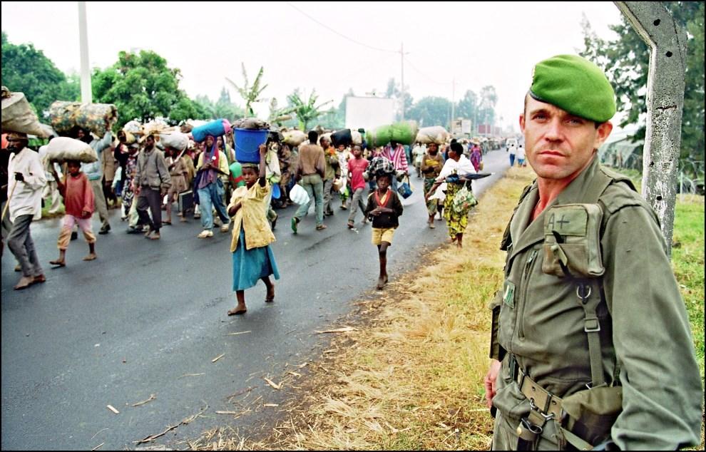 14.RWANDA, Kivumu, 12 lipca 1994: Francuski żołnierz przy drodze, którą uciekają ludzie z obszarów objętych walkami. AFP