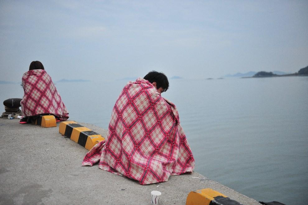 14.KOREA POŁUDNIOWA, Jindo, 16 kwietnia 2014: Bliscy pasażerów zatopionego promu, czekają na wiadomości. AFP PHOTO / JUNG YEON-JE