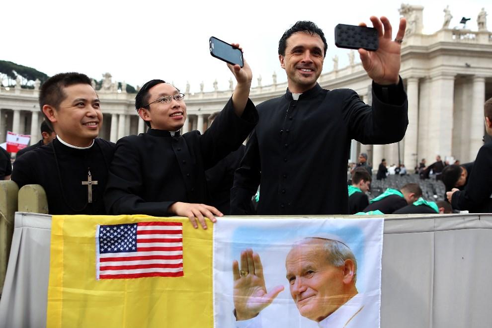 14.WATYKAN, 27 kwietnia 2014: Księża na Placu Świętego Piotra. (Foto: Franco Origlia/Getty Images)