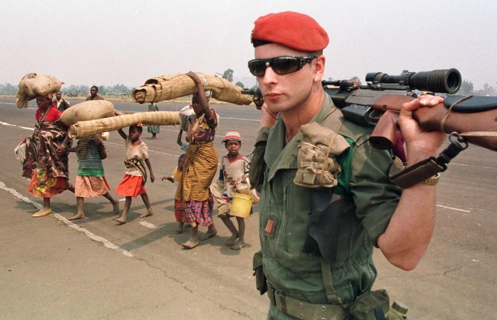 15.ZAIR, Goma, 19 lipca 1994: Rwandyjscy uciekinierzy na pasie startowym lotniska w Gomie. AFP PHOTO PASCAL GUYOT.