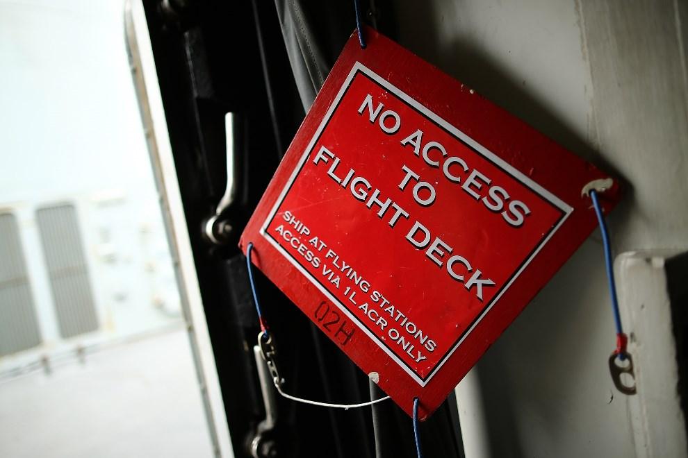 15.WIELKA BRYTANIA, Londyn, 10 maja 2013: Zapolombowane drzwu prowadzące na górny pokład lotniskowca. (Foto: Dan Kitwood/Getty Images)