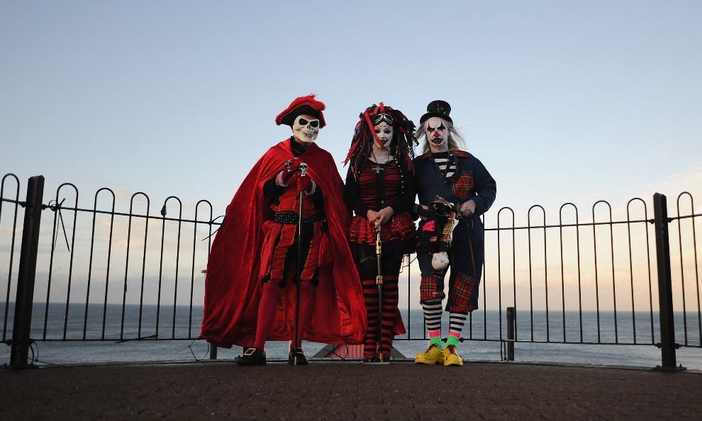 15.WIELKA BRYTANIA, Whitby, 2 listopada 2013: Stoją od lewej: Mike Kershaw z Sheffield, Valery Bailey z Rotherham i jej mąż Tony Bailey. (Foto: Ian Forsyth/Getty Images)