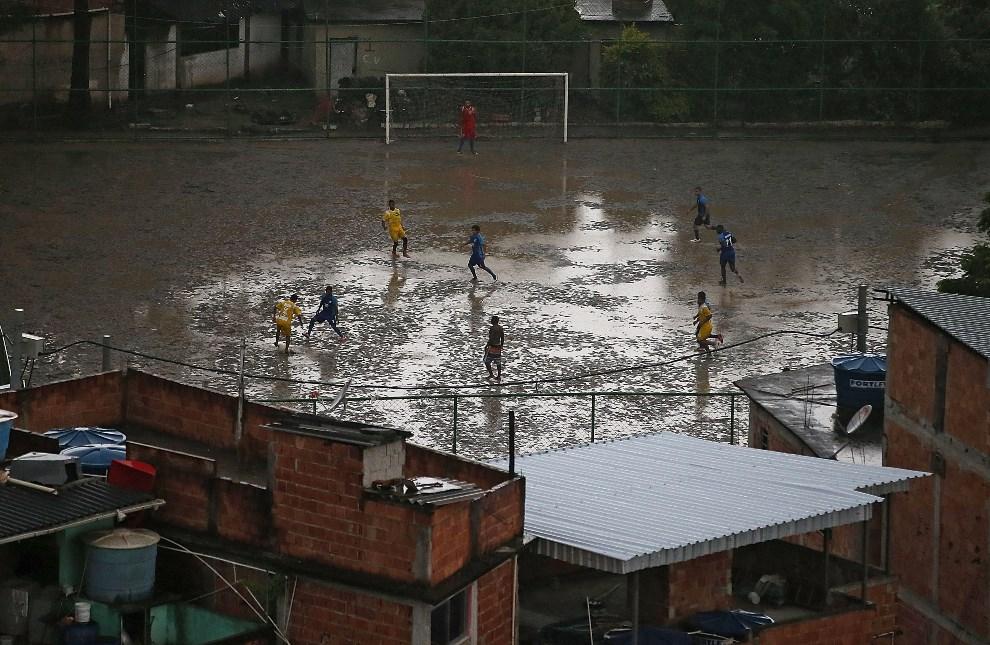 15.BRAZYLIA, Rio de Janeiro, 23 marca 2014: Boisko w faweli Complexo do Alemao. (Foto: Mario Tama/Getty Images)