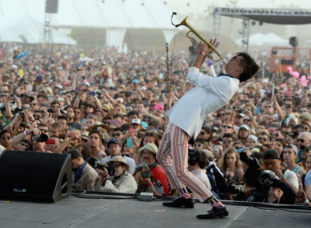 15.USA, Indio, 12 kwietnia 2014: Spencer Ludwig z Capital Cities w trakcie występu. (Foto: Frazer Harrison/Getty Images for Coachella)