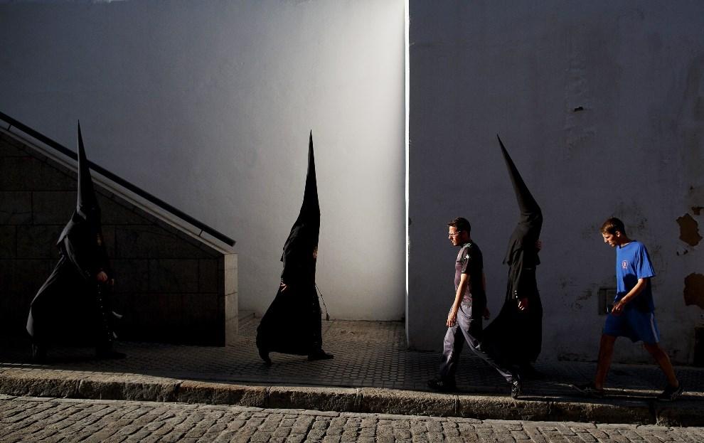 """15.HISZPANIA, Sewilla, 14 kwietnia 2014: Członkowie bractwa """"El Museo"""" zmierzają na wielkotygodniową procesję. (Foto: Pablo Blazquez Dominguez/Getty Images)"""