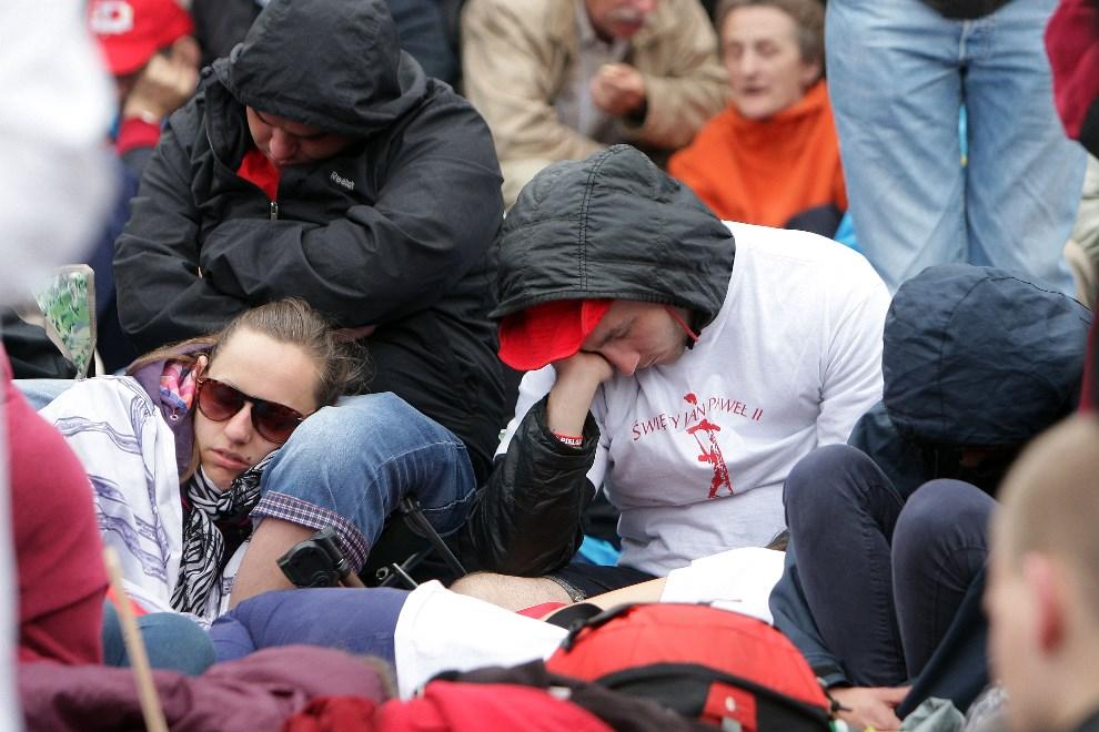 15.WATYKAN, 27 kwietnia 2014: Pielgrzymi zebrani na Placu Świętego Piotra. (Foto: Franco Origlia/Getty Images)