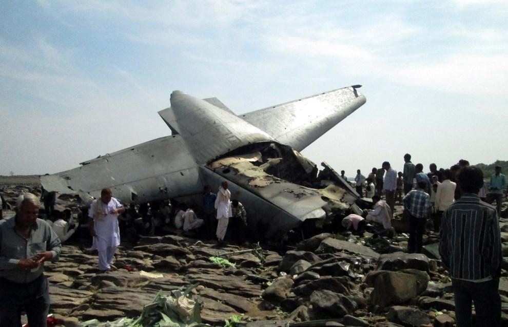 15.INDIE, Gwalior, 28 marca 2014: Miejsce, gdzie podczas misji szkoleniowej rozbił się samolot C-130J Hercules. AFP PHOTO