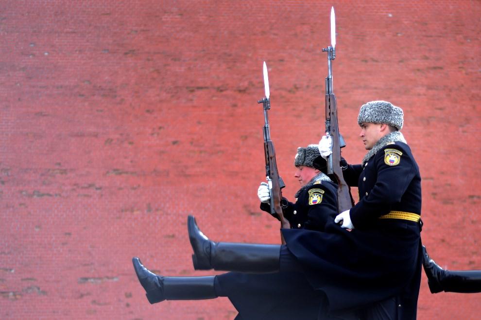 15.ROSJA, Moskwa, 9 kwietnia 2014: Zmiana warty honorowej przed Grobem Nieznanego Żołnierza. AFP PHOTO / KIRILL KUDRYAVTSEV