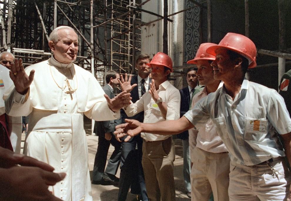 16.KOLUMBIA, Popayán, 5 lipca 1983: Jan Paweł II wita się z ekipą odbudowującą katedrę. AFP