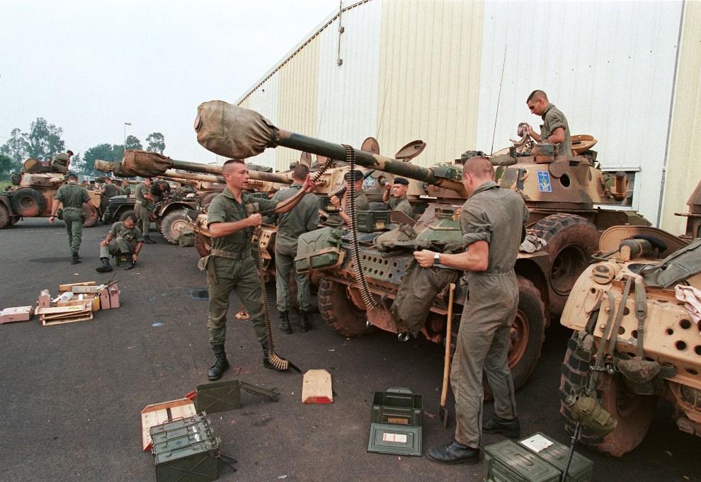 16.RWANDA, Kayove, 26 czerwca 1994: Francuscy żołnierze przygotowujący się do walk. AFP