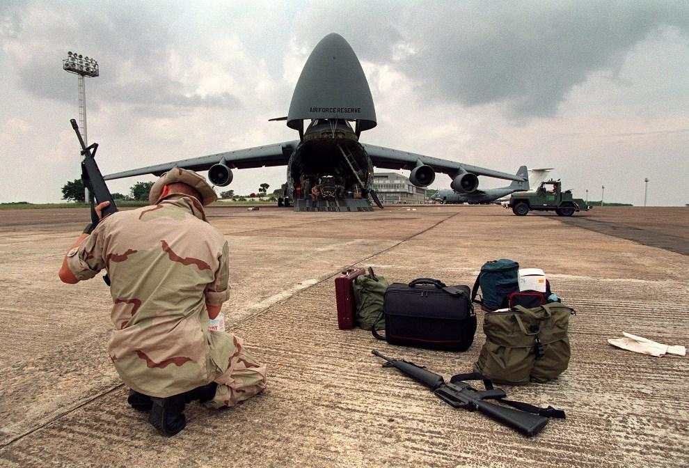 17.UGANDA, Entebbe, 26 lipca 1994: Amerykański żołnierz na lotnisku w Entebbe. AFP PHOTO ALEXANDER JOE