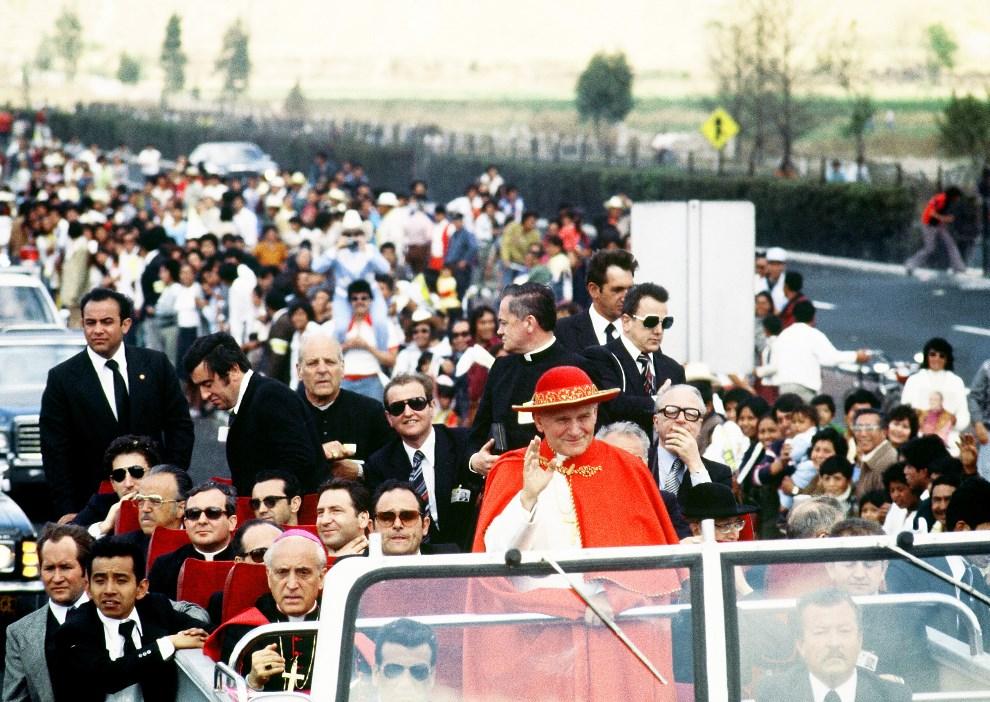 17.MEKSYK, Mexico City, 26 stycznia 1979: Jan Paweł II pozdrawia wiernych zebranych przy trasie przejazdu . AFP PHOTO
