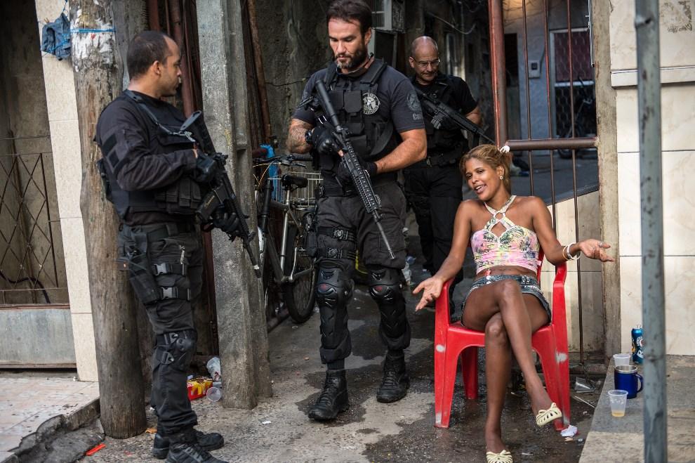 17.BRAZYLIA, Rio de Janeiro, 30 marca 2014: Funkcjonariusze jednostki CORE podczas patrolu w faweli. AFP PHOTO / YASUYOSHI CHIBA