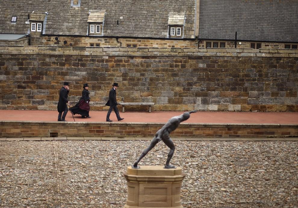 17.WIELKA BRYTANIA, Whitby, 28 kwietnia 2012: Uczestnicy gotyckiego weekendu przechadzają się w pobliżu Whitby Abbey. (Foto: Christopher Furlong/Getty Images)