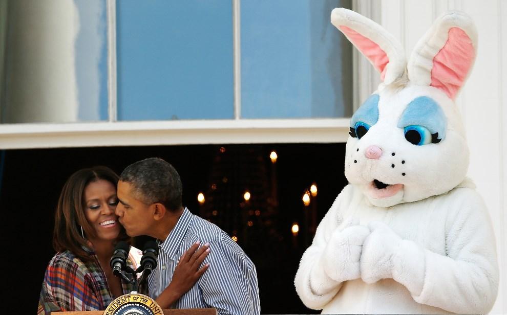 """17.USA, Waszyngton, 21 kwietnia 2014: Barack Obama całuje swoją żonę, Michelle, podczas dorocznego """"toczenia jaj"""" na trawniku przed Białym Domem. (Foto: Win   McNamee/Getty Images)"""