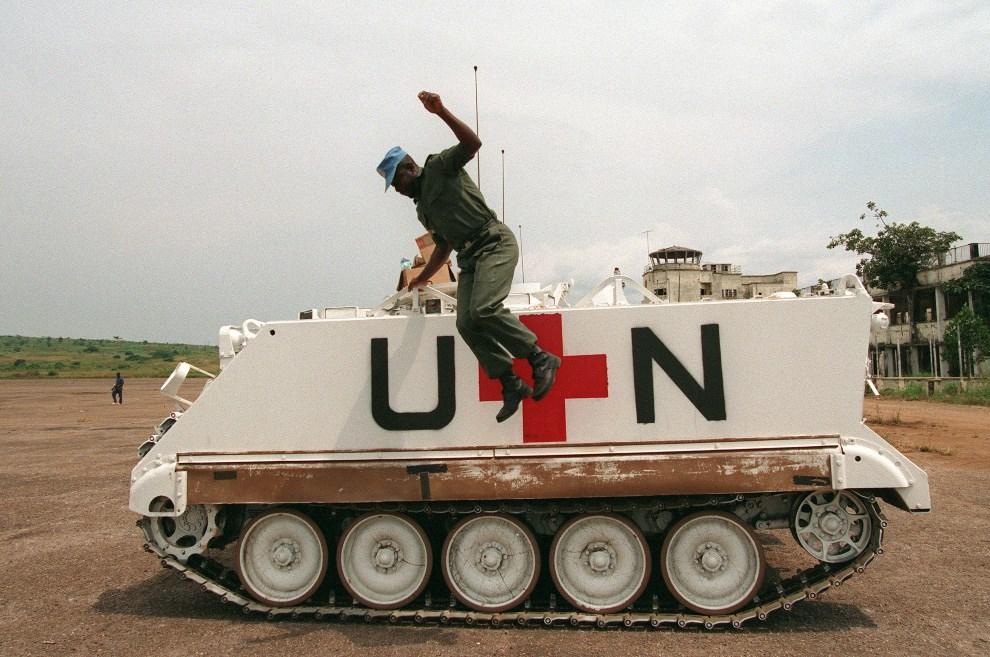 18.UGANDA, Entebbe, 25 lipca 1994: Ugandyjski żołnierz schodzi z pojazdu należącego do oddziałów ONZ. AFP PHOTO ALEXANDER JOE
