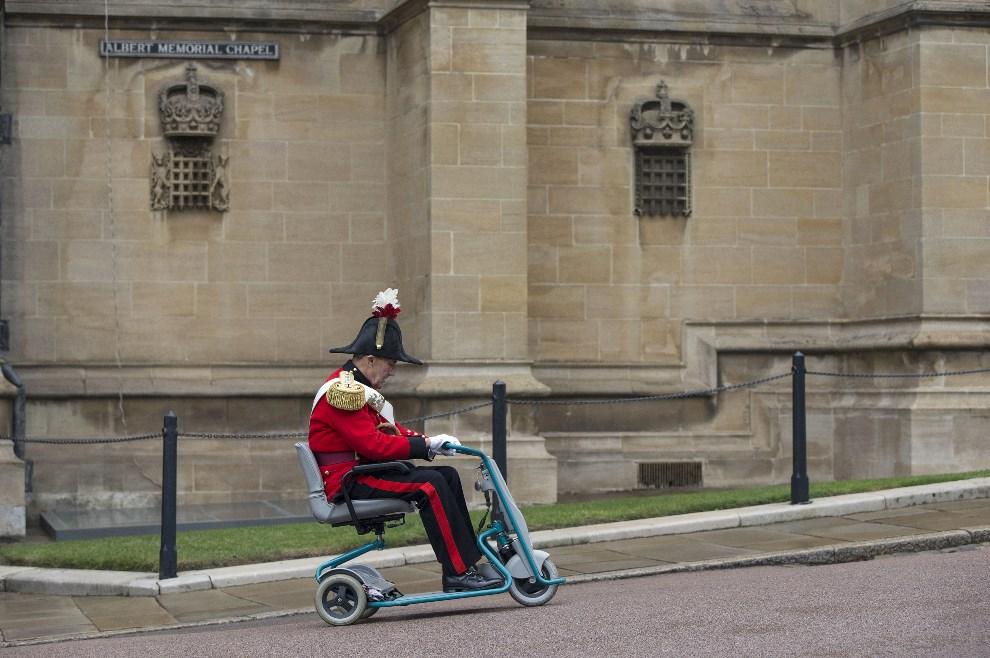 18.WIELKA BRYTNIA, Windsor, 20 kwietnia 2014: Mężczyzna opuszczający kaplicę po zakończonej liturgii wielkanocnej. AFP PHOTO/OLI SCARFF/POOL