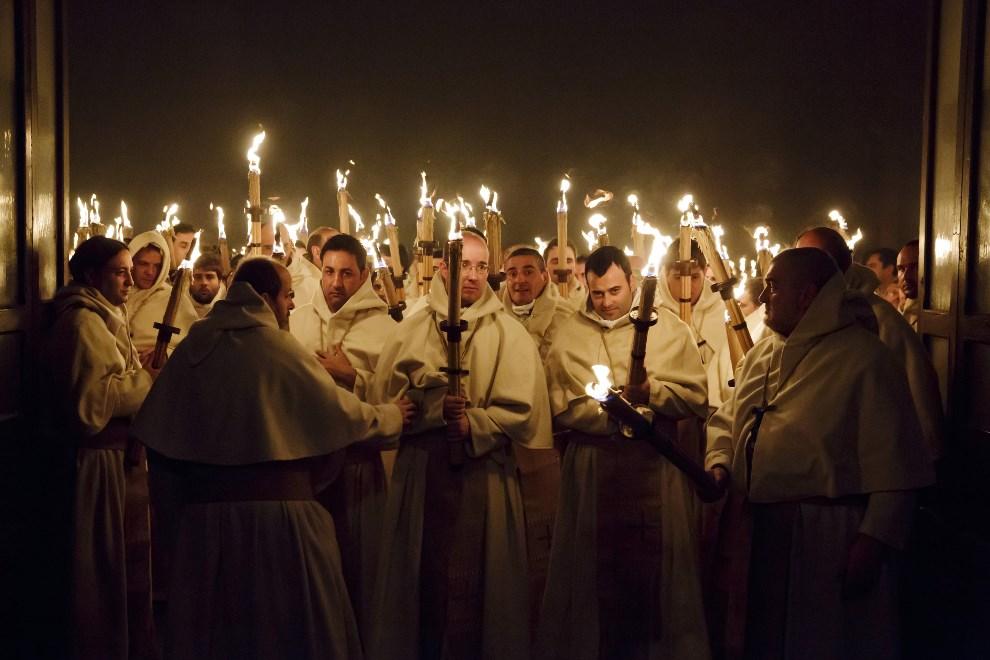 18.HISZPANIA, Zamora, 15 kwietnia 2014: Członkowie bractwa 'Cristo de la Buena Muerte' podczas procesji wielkotygodniowej. AFP PHOTO / CESAR MANSO