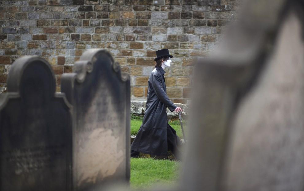 18.WIELKA BRYTANIA, Whitby, 28 kwietnia 2014: Mężczyzna spacerujący między nagrobkami. (Foto: Christopher Furlong/Getty Images)