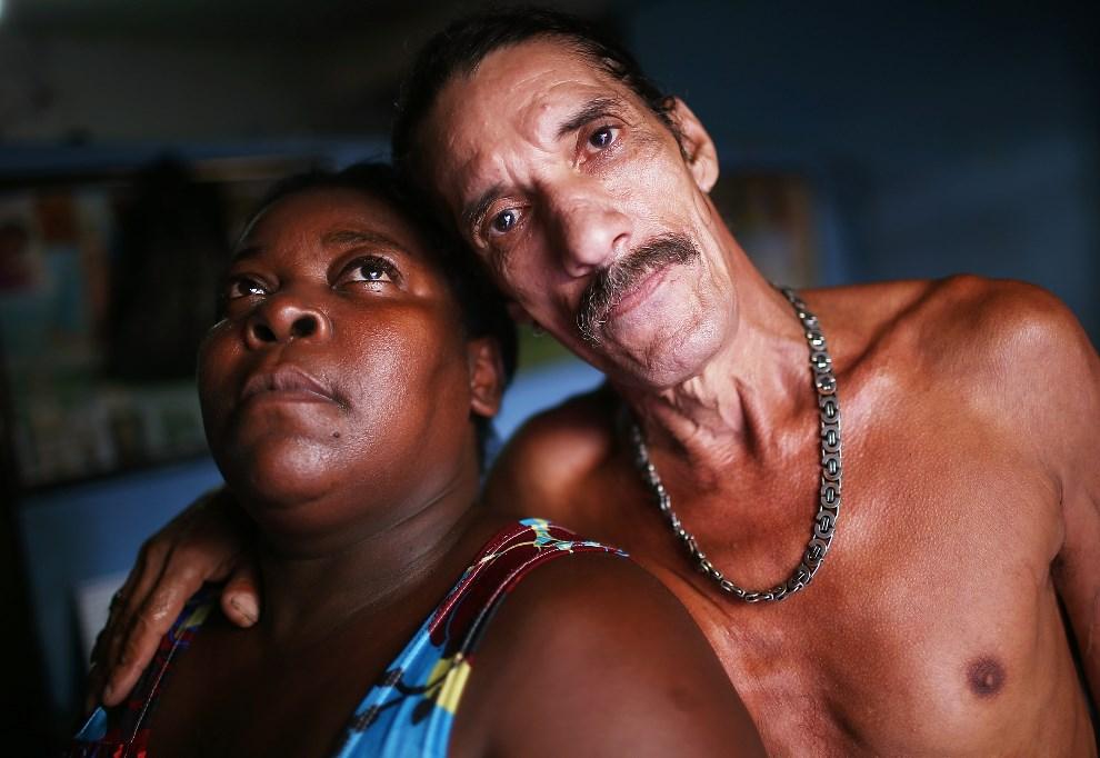 18.BRAZYLIA, Rio de Janeiro, 29 marca 2014: Louis Carlos de Sousa i Tania Gonzalves w swoim mieszkaniu w (jeszcze nie spacyfikowanej) faweli Complexo da Mare.   (Foto: Mario Tama/Getty Images)