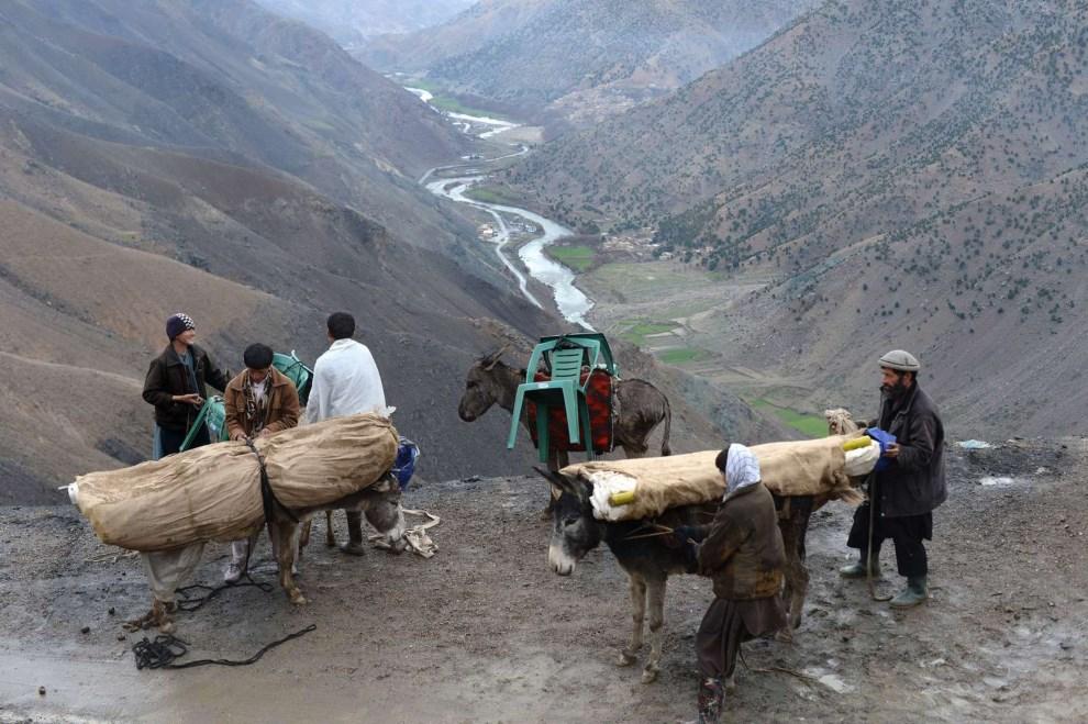 18.AFGANISTAN, Dolina Pandższeru, 4 kwietnia 2014: Mobilna komisja wyborcza przemierzająca Dolinę Pandższeru. AFP PHOTO/SHAH Marai