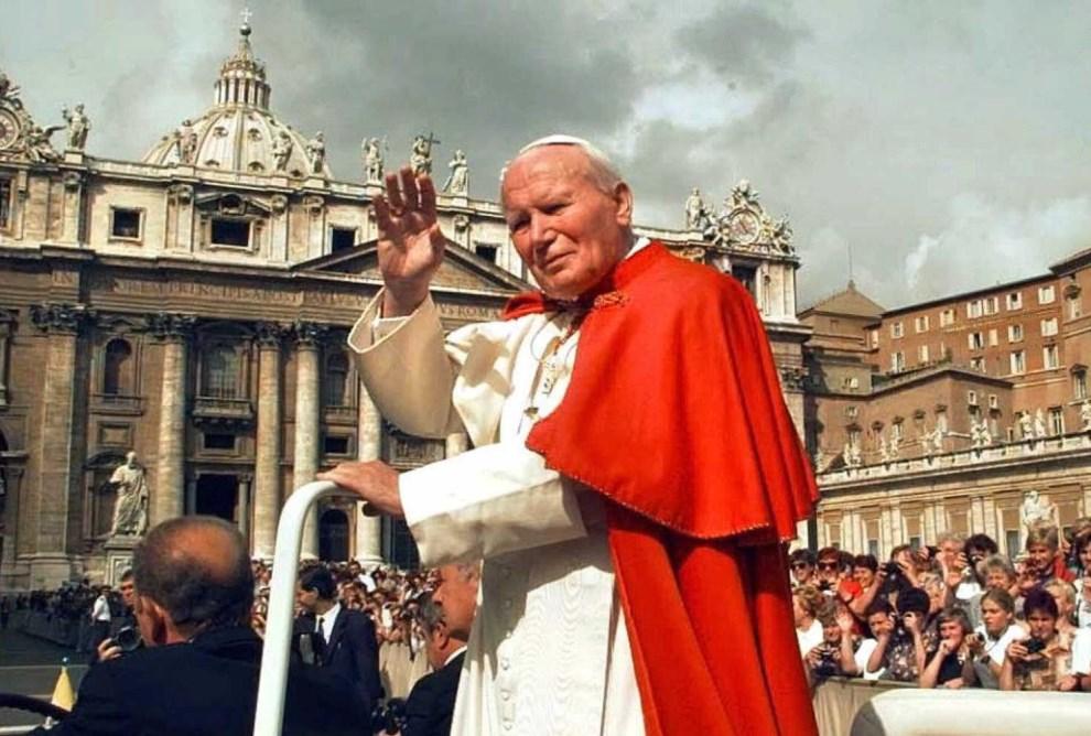19.WATYKAN, 25 października (brak roku): Jan Paweł II w papamobile na Placu Świętego Piotra. AFP PHOTO (ELECTRONIC IMAGE)