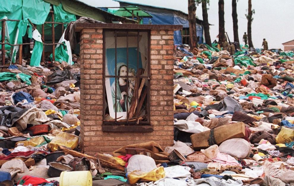 19.RWANDA, Kibeho, 26 kwietnia 1995: Ołtarz z wizerunkiem Maryi pośród dobytku wymordowanej ludności z plemienia Hutu. AFP