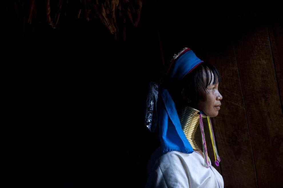 19.MJANMA, Panpet, 16 kwietnia 2014: Kobieta należąca do grupy etnicznej Kayan, z tradycyjnymi obręczami wokół szyi. AFP PHOTO / YE AUNG THU
