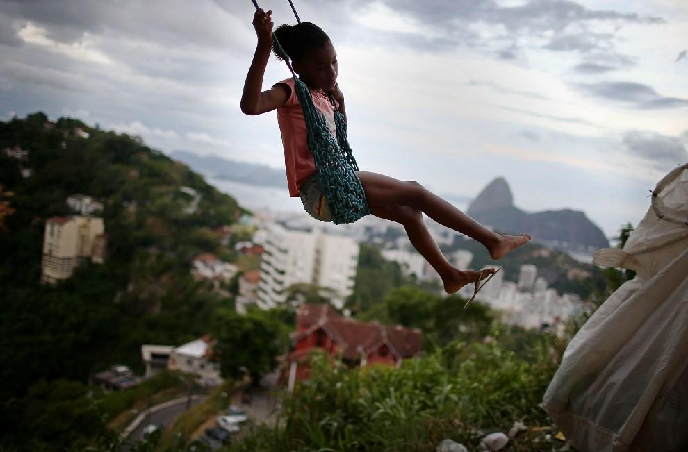 19.BRAZYLIA, Rio de Janeiro, 22 marca 2014: Dziewczynka ba huśtawce w faweli Prazeres. (Foto: Mario Tama/Getty Images)