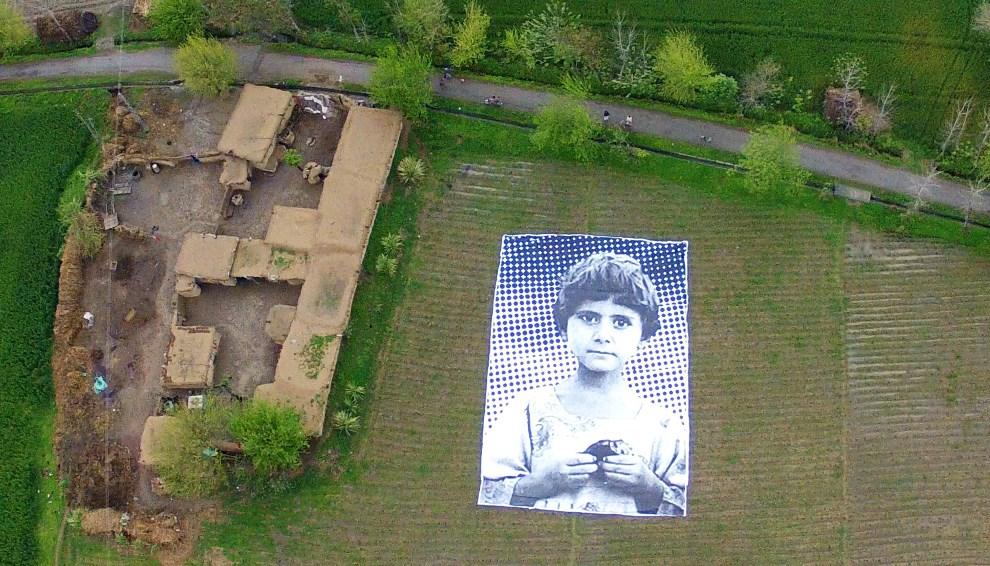 """19.PAKISTAN, Khyber-Pakhtunkhwa, kwiecień 2014: Wizerunek dziewczynki, której rodzice zginęli podczas nalotu dornów.  Element projektu artystycznego """"Inside Out"""".    AFP PHOTO / INSIDE OUT PROJECT"""