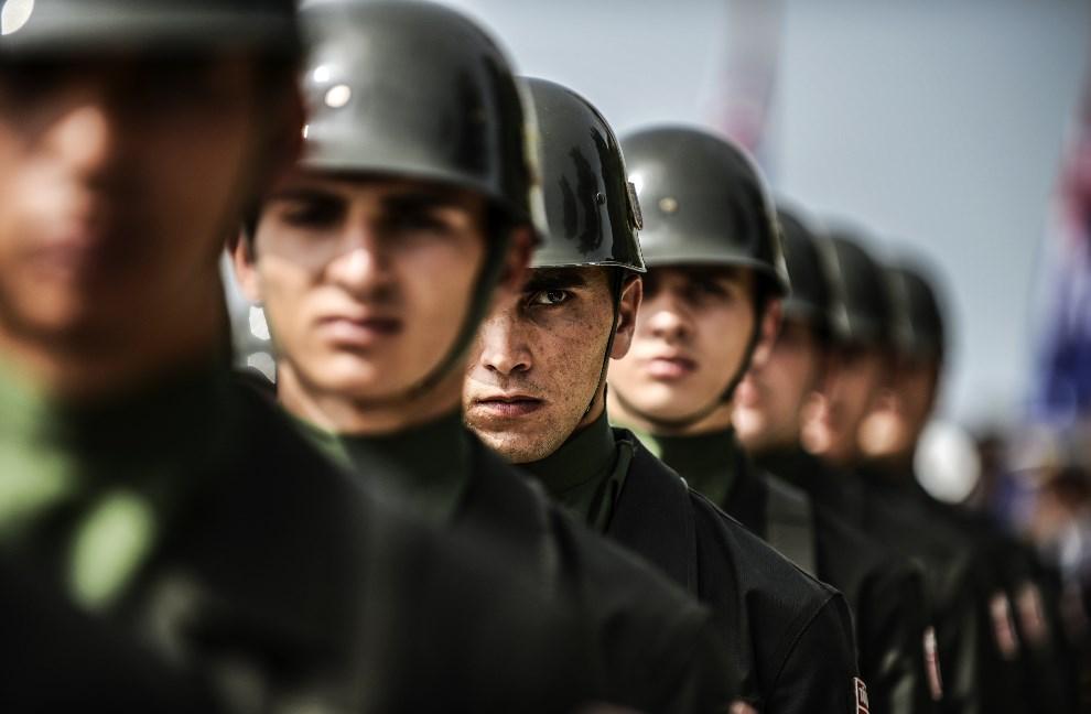 1.TURCJA, Çanakkale, 24 kwietnia 2014: Tureccy żołnierze podczas uroczystości z okazji Anzac Day. AFP PHOTO/BULENT KILIC