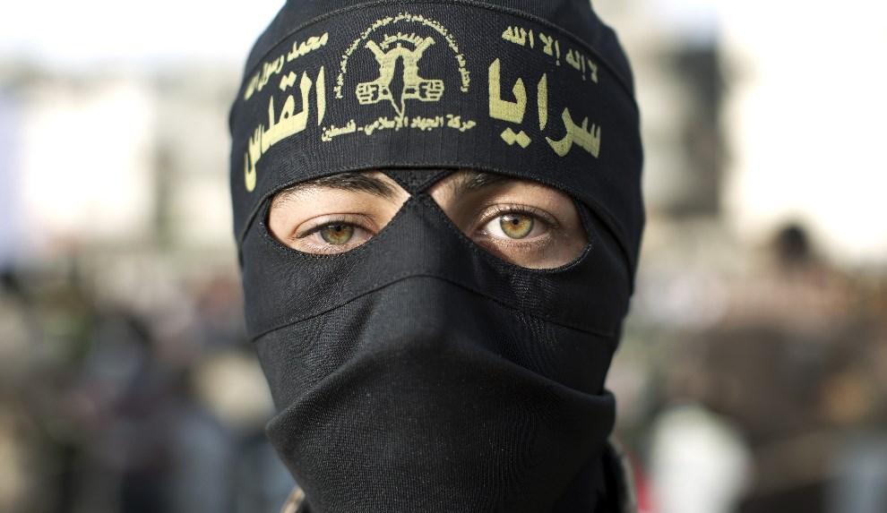 1.STREFA GAZY, Al-Nuseirat, 15 kwietnia 2014: Kobieta należąca do islamskiej bojówki, podczas protestów przeciw przetrzymywaniu palestyńskich więźniów.  AFP   PHOTO/MAHMUD HAMS