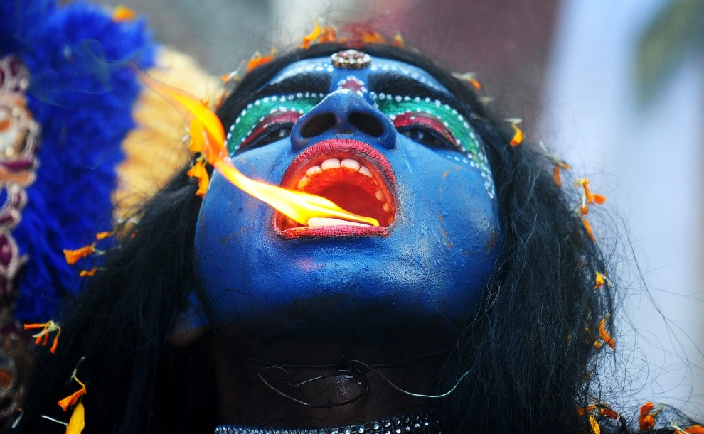 1.INDIE, Allahabad, 8 kwietnia 2014: Artysta w przebraniu bogini Kali, podczas procesji z okazji  Ram Navami. AFP PHOTO/SANJAY KANOJIA