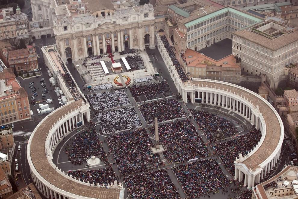 1.WATYKAN, 27 kwietnia 2014: Widok z góry na Plac Świętego Piotra. EPA/MASSIMO SESTINI/POLIZIA DI STATO/