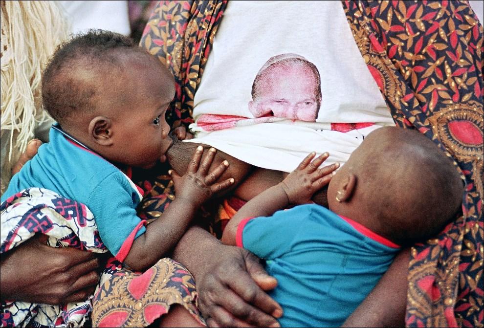 20.GWINEA BISSAU, Cumura, 28 stycznia 1990: Kobieta z dziećmi podczas wizyty Jana Pawła II w kolonii trędowatych. AFP PHOTO DERRICK CEYRAC