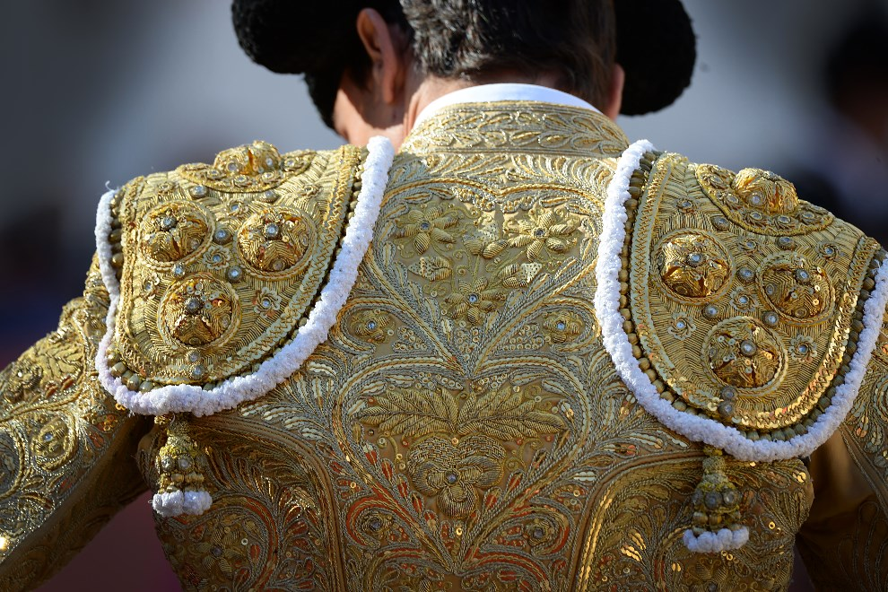 20.FRANCJA, Arles, 21 kwietnia 2014: Haftowana kurta matadora,  Paco Ureny. AFP PHOTO / BORIS HORVAT