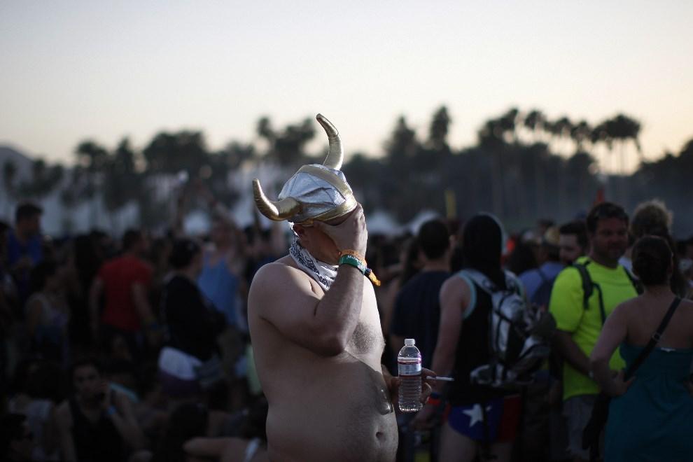 20.USA, Indio, 13 kwietnia 2014: Uczestnik festiwalu Coachella. AFP PHOTO / David McNew