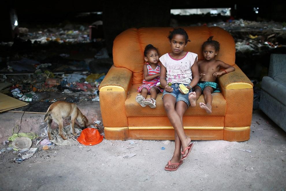 20.BRAZYLIA, Rio de Janeiro, 29 marca 2014: Dzieci mieszkające w faweli Complexo da Mare. (Foto: Mario Tama/Getty Images)