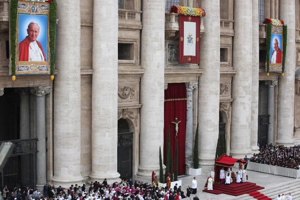 20.WATYKAN, 27 kwietnia 2014: Papież Franciszek celebrujący mszę kanonizacyjną. (Foto: Dan Kitwood/Getty Images)