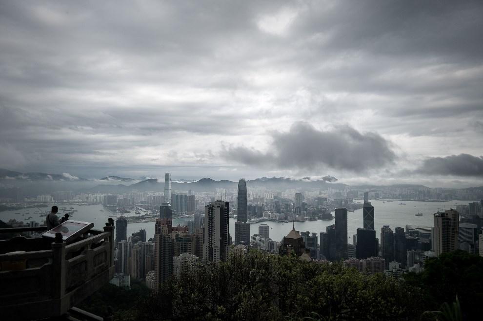 20.CHINY, HONG Kong, 2 kwietnia 2014: Burza zbliżająca się w kierunku centrum miasta. AFP PHOTO / Philippe Lopez