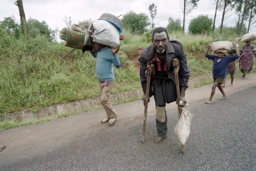 21.BURUNDI, Ngozi, 31 marca 1995: Hutu uciekający w kierunku granicy z Tanzanią. AFP