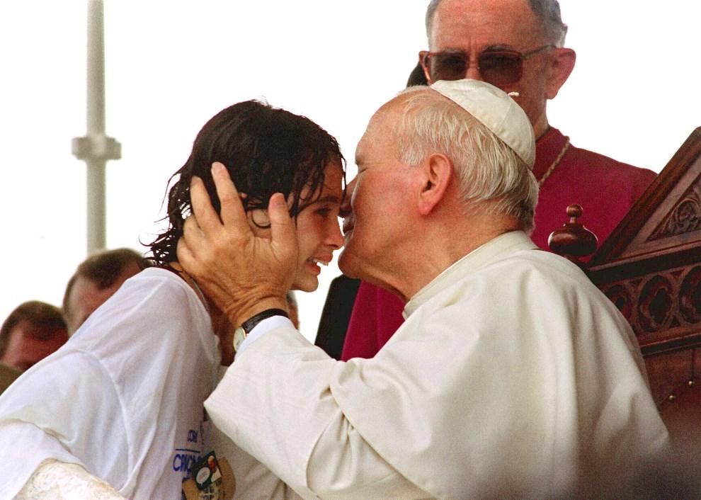 21.BRAZYLIA, Vitoria, 19 października 1991: Jan Paweł II całuje Giselly Acevedo, której udało się przedrzeć przez ochronę papieża. AFP PHOTO DERRICK CEYRAC