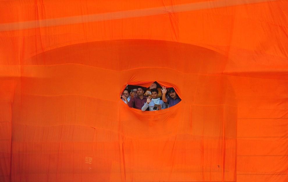 21.INDIE, Varanasi, 24 kwietnia 2014: Zwolennicy przywódcy opozycji, Narendry Modi, podczas wiecu wyborczego. AFP PHOTO/SANJAY KANOJIA