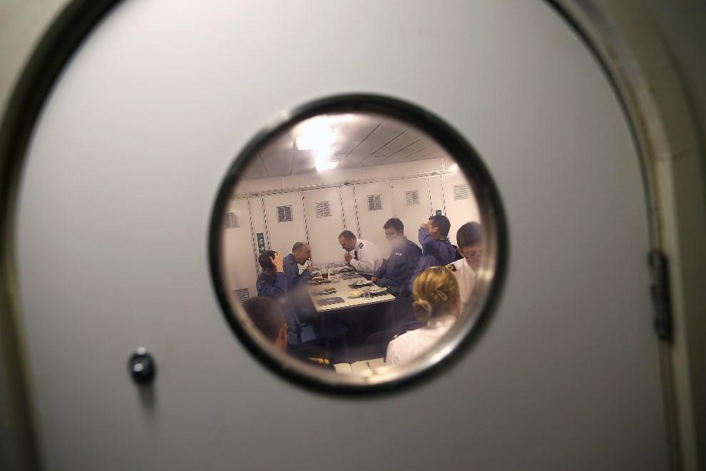 21.WIELKA BRYTANIA, Londyn, 10 maja 2013: Mesa oficerska na pokładzie HMS Illustrious. (Foto: Dan Kitwood/Getty Images)