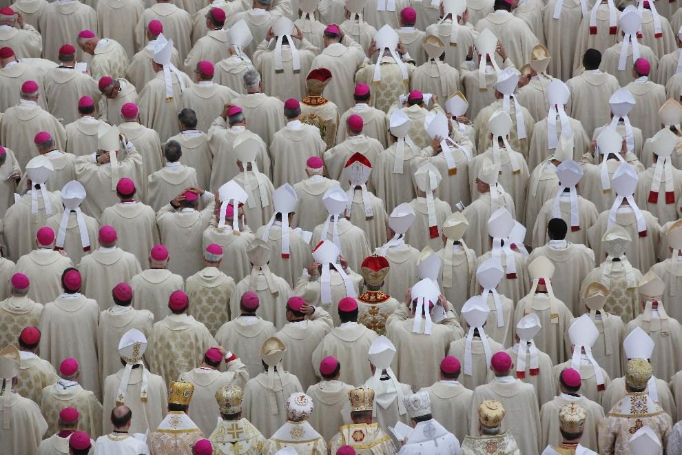 21.WATYKAN, 27 kwietnia 2014: Biskupi przybyli na mszę kanonizacyjną. (Foto: Dan Kitwood/Getty Images)