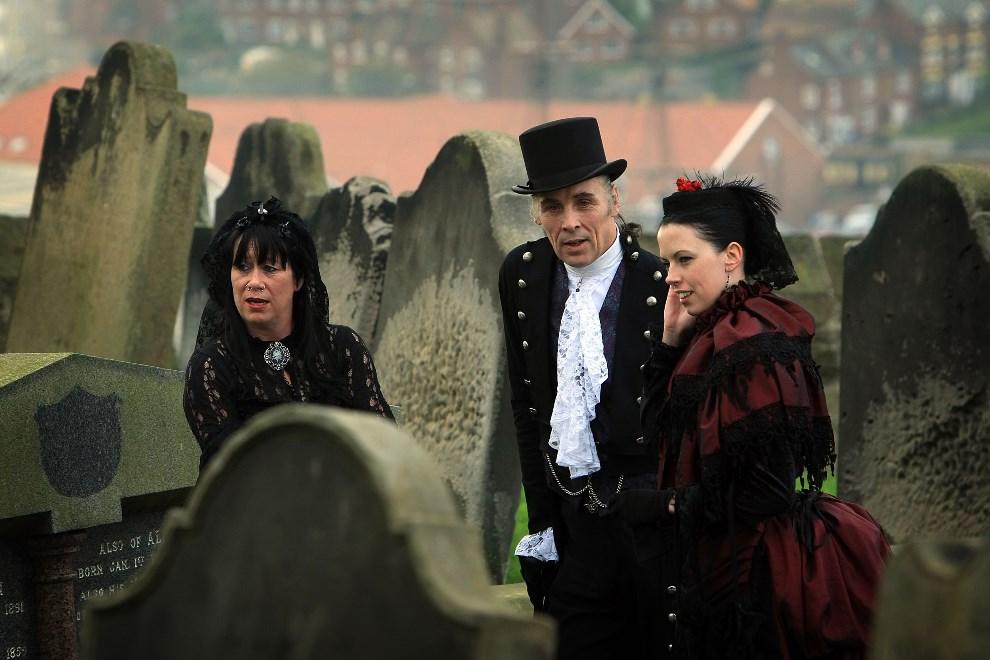 21.WIELKA BRYTANIA, Whitby, 27 października 2007: Goście uroczystości z okazji odnowienia ślubów małżeńskich państwa Lightowler. (Foto: Christopher Furlong/Getty Images)